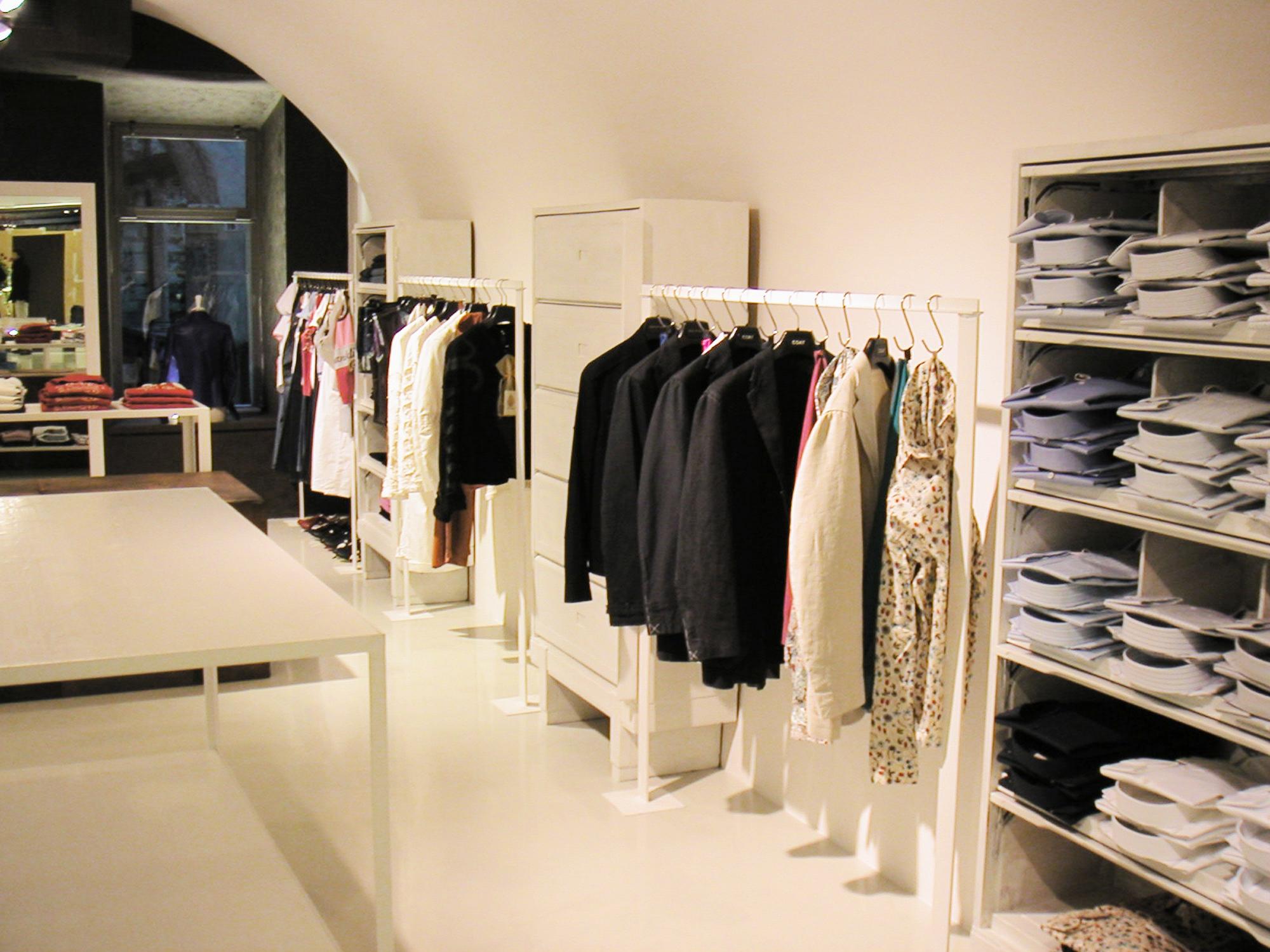 Arredamento moderno negozio abbigliamento trento gm group for Abc arredamenti trento orari
